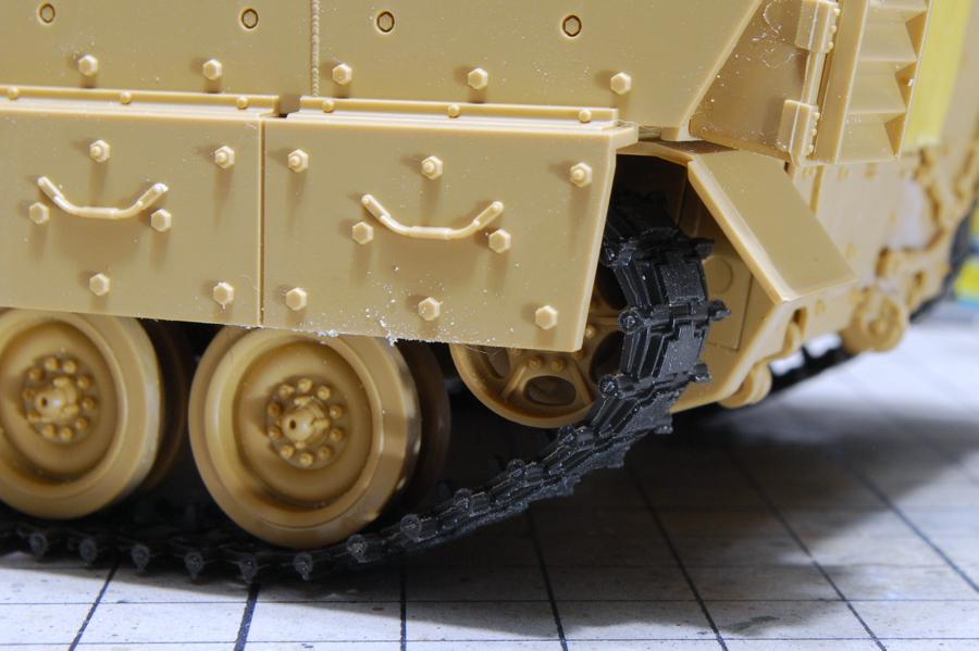 M2A2ODS ブラッドレー タミヤ 1/35 曲面で露出しているのはドライブスプロケットとアイドラーホイールの半分くらい