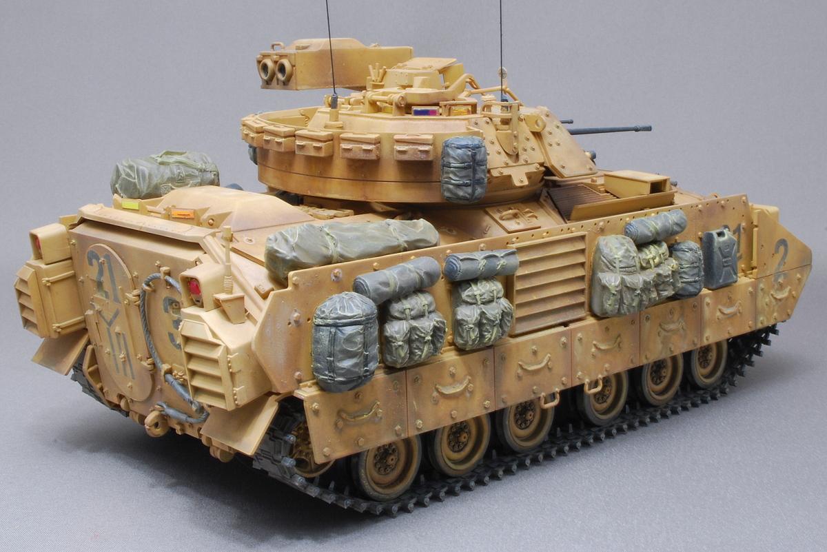 M2A2ODS ブラッドレー タミヤ 1/35 完成写真 アリスパックや寝袋、テント