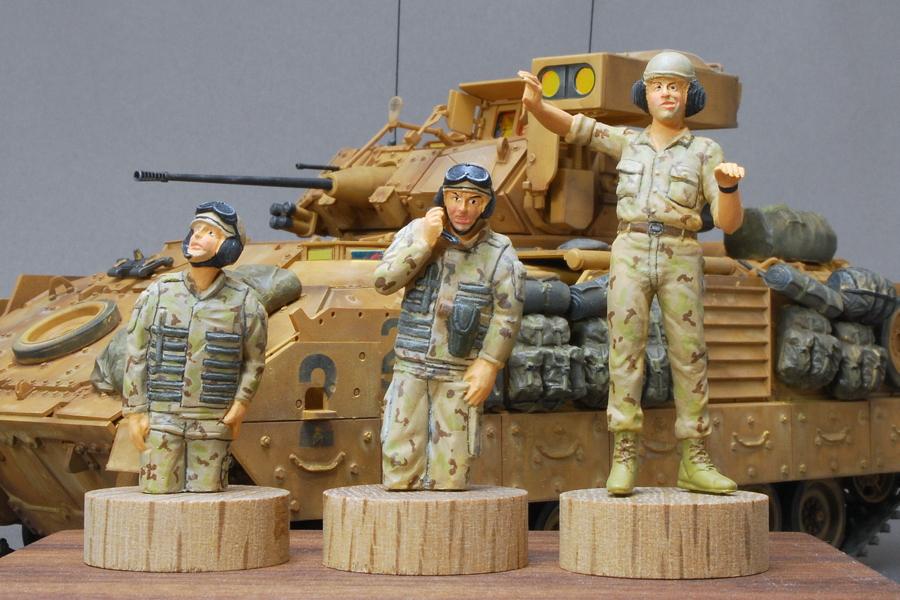 M2A2ODS ブラッドレー タミヤ 1/35 完成写真 左の2体はキットのままで、右のフィギュアはレジンヘッド