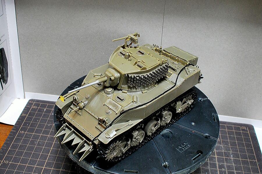 M5A1 スチュアート AFVクラブ 1/35 砲塔横の綺麗に並んでいる道具はグローサー
