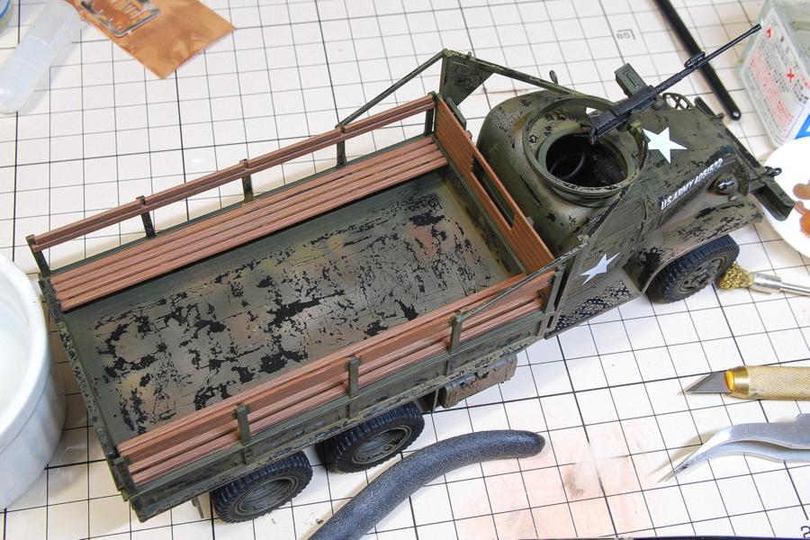 2.5トン カーゴトラック 6 x 6 イタレリ 1/35 水性アクリル塗料を剥がしてランダムに下地の黒が露出