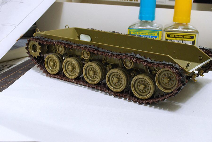 M41A3 ウォーカー・ブルドッグ AFVクラブ 1/35 連結キャタピラのシャーシへの取り付け