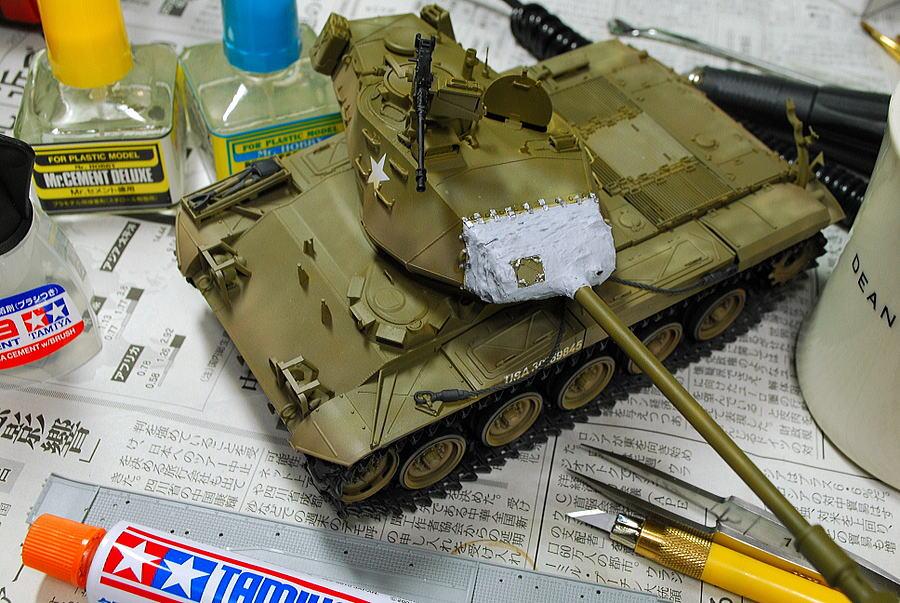 M41A3 ウォーカー・ブルドッグ AFVクラブ 1/35 溶きパテを防盾カバーに塗布